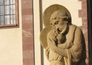 Statue de Saint Joseph devant l'église à Saint Marc